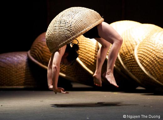 A O Lang Pho par le Nouveau cirque du Vietnam