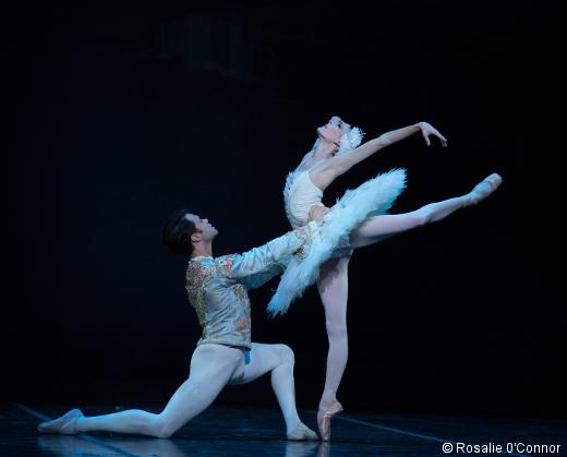 Anais Chalendard et Paulo Arrais dans l'acte 2 du Lac des Cyggnes de Mikko Nissinen