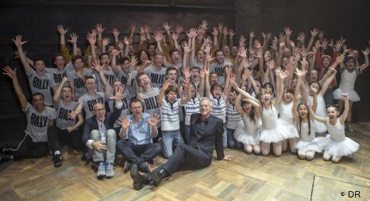 La troupe de Billy Elliot avec les anciens Billy
