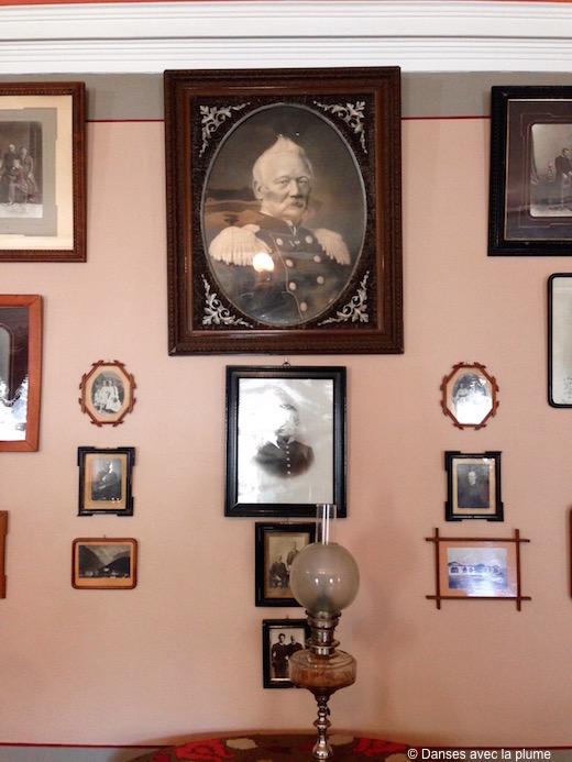 Portrait du père de Tchaikovski entouré de photographies de famille