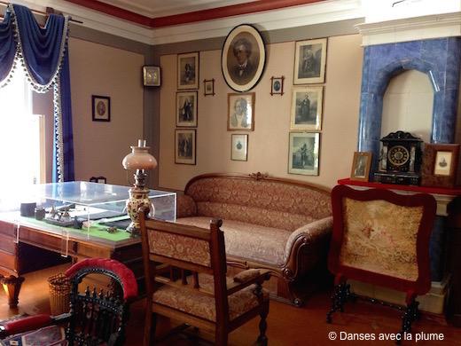 Bureau de Tchaïkovski, exposé dans son salon, sous le portrait de son professeur Anton Rubinstein.