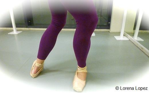 Les genoux ne sont plus alignés, les pieds basculent sur l'avant