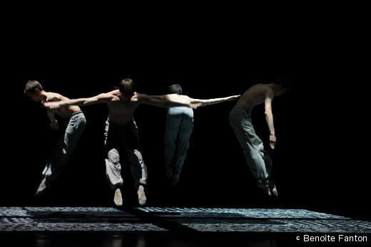 Quatre figures dans une pièce