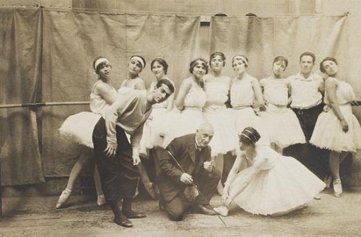 Cliché pris par Stanislas Idzikowski en 1915 : Cecchetti au centre avec à sa gauche Leonid Massine. Répétition des Ballets russes de Diaghilev.