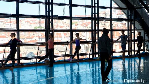 Le Ballet de l'Opéra de Lyon au travail dans son studio. Noëllie Conjaud est à gauche de la barre