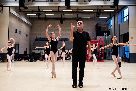 Jean-Christophe Maillot en répétition avec des élèves de l'Académie Princesse Grace
