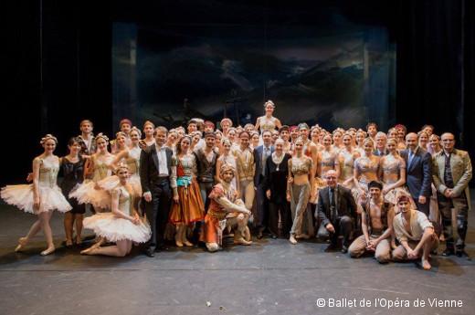 La troupe du Ballet de l'Opéra de Vienne après la première du Corsaire